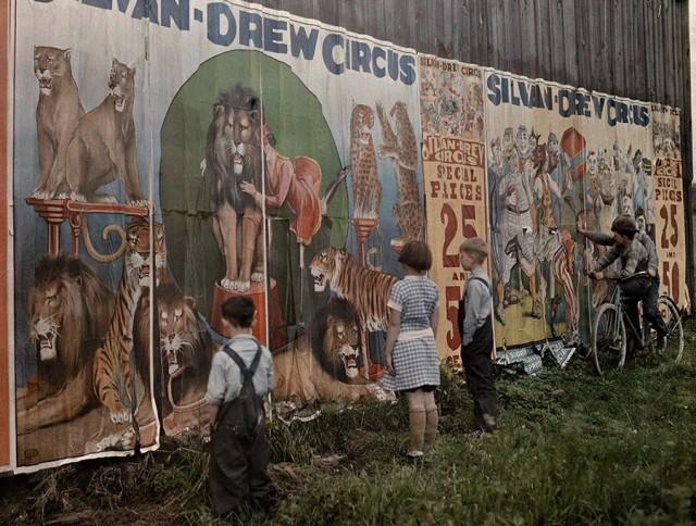 Афиши цирка Sylvan Drew, 1931. Автохром, фотограф Джейкоб Дж. Гейер