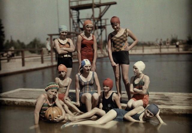 Купальщицы на причале в Бранденбурге, Германия, 1928. Автохром, фотограф Вильгельм Тобьен