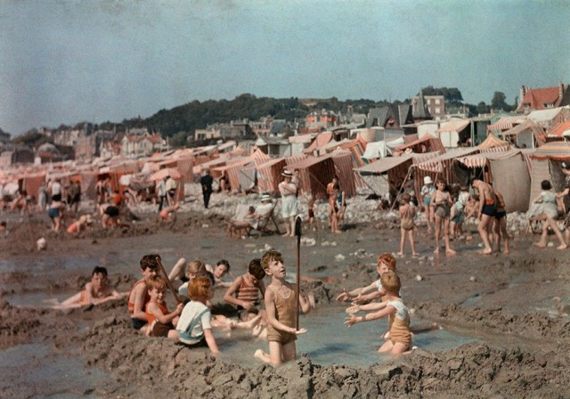 На пляже в Гавре, Франция, 1936. Автохром, фотограф В. Роберт Мур