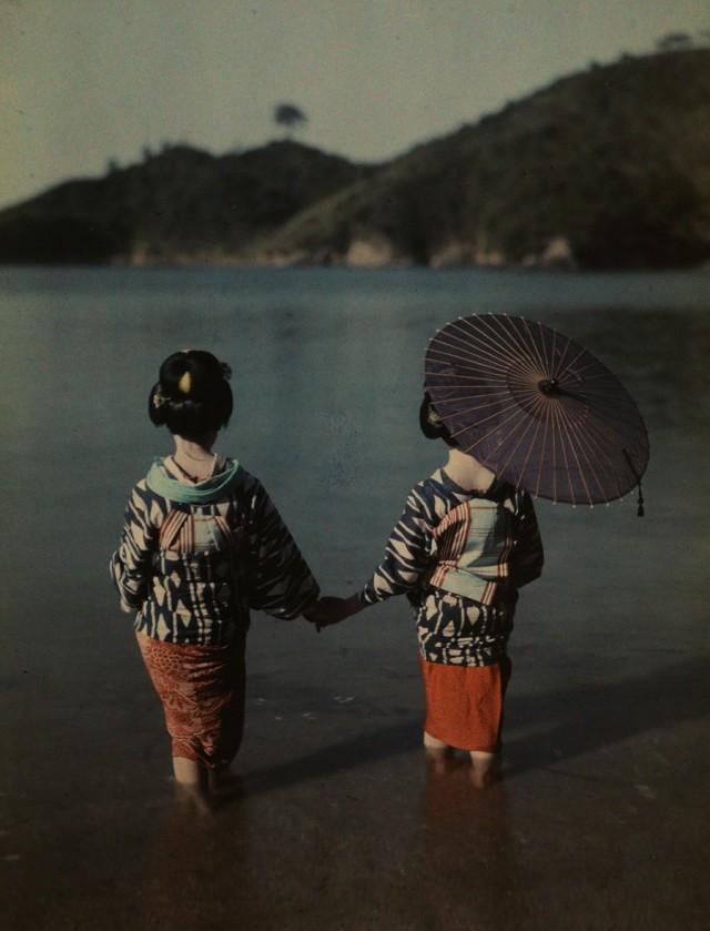Девушки в воде, Япония, 1928. Автохром, фотограф Киеси Сакамото