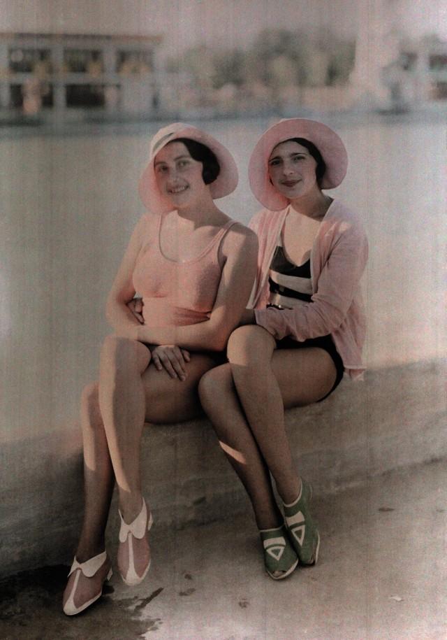 Девушки в купальниках, Бухарест, Румыния, 1930. Автохром, фотограф Вильгельм Тобьен