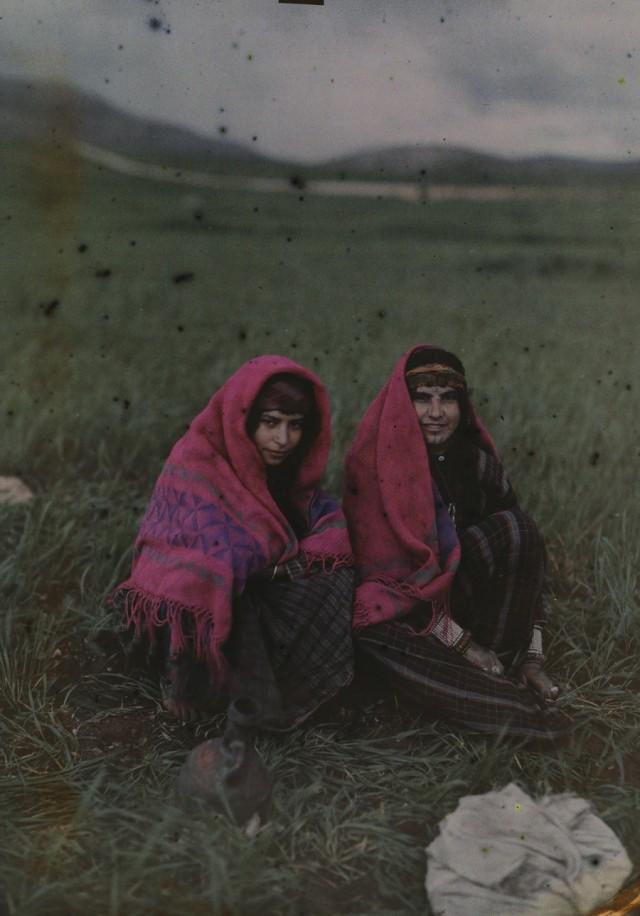 Девушки в Хуваре, Палестина, 1926. Автохром, фотограф Мейнард Оуэн Уильямс