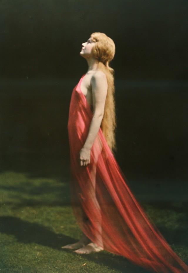 Женщина в красном. Автохром, фотограф Франклин Прайс Нотт