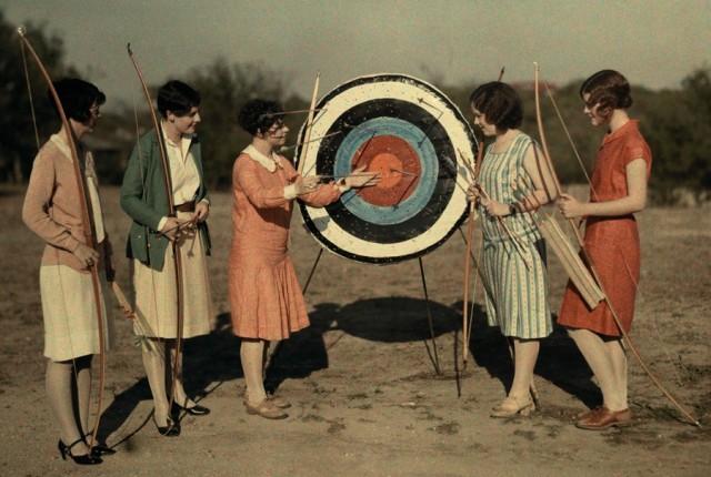 Занятия по стрельбе из лука в Техасском университете, 1928. Автохром, фотограф Клифтон Р. Адамс
