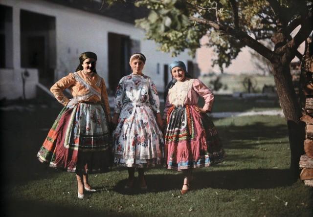 Селянки в традиционной одежде на ферме в Венгрии, 1930. Автохром, фотограф Ганс Хильденбранд