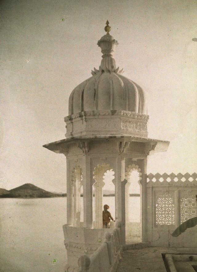 Вид из дворца махараджи в Удайпуре, Индия, 1923. Автохром, фотограф Жюль Жерве-Куртельмон