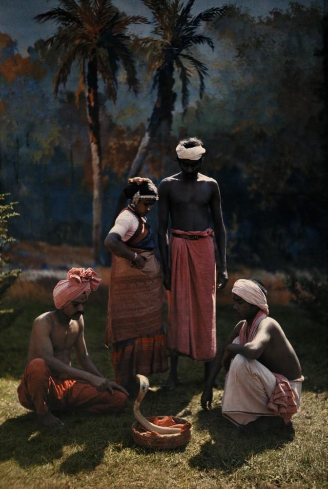 Заклинатель змей в Индии, 1923. Автохром, фотограф Ганс Хильденбранд
