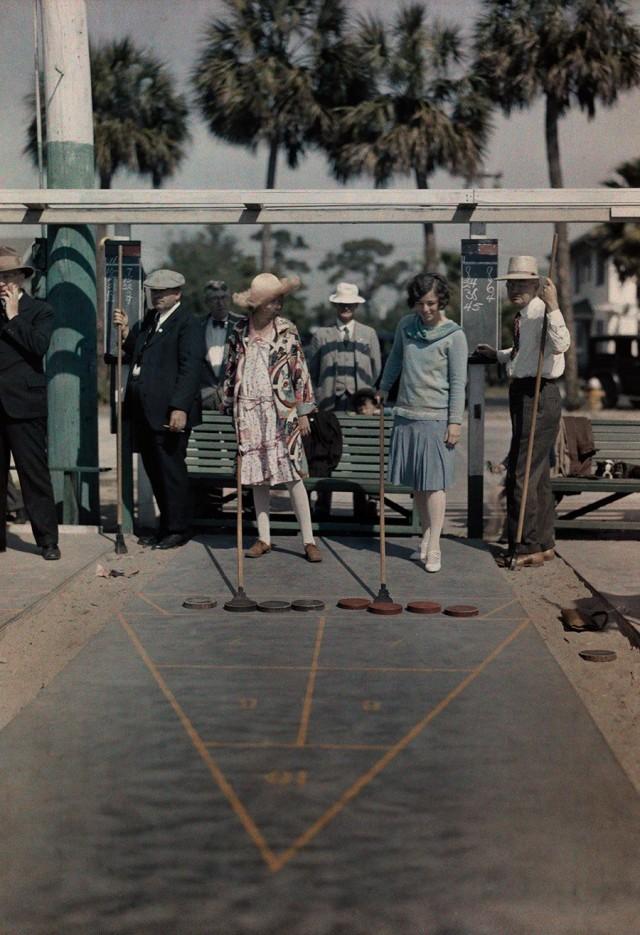 Игра в шаффлборд на базе отдыха во Флориде, 1929. Автохром, фотограф Клифтон Р. Адамс