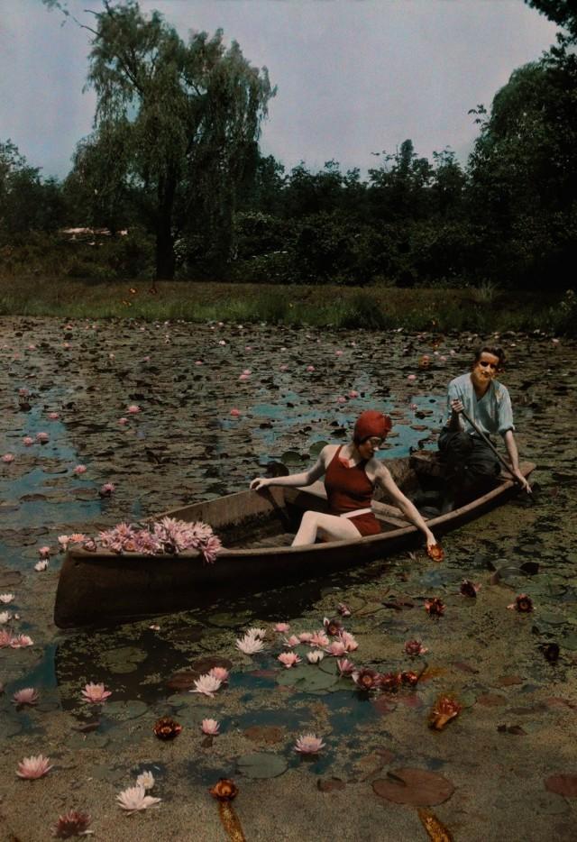 Пара в лодке на пруду с лилиями, Вашингтон, округ Колумбия, 1923. Автохром, фотограф Чарльз Мартин