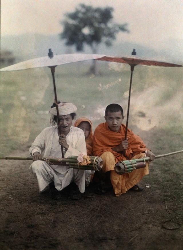 Подготовка к запуску бамбуковых ракет, Мьянма, 1931. Автохром, фотограф В. Роберт Мур