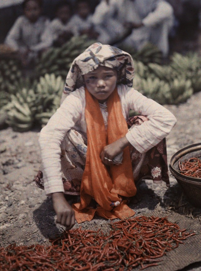 Продавщица перца на рынке в Форт-де-Кок (Букиттинги), Индонезия, 1930. Автохром, фотограф В. Роберт Мур