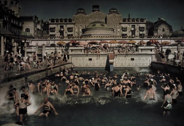 В открытом бассейне на берегу Дуная, купальни «Геллерт», 1930. Автохром, фотограф Ганс Хильденбранд
