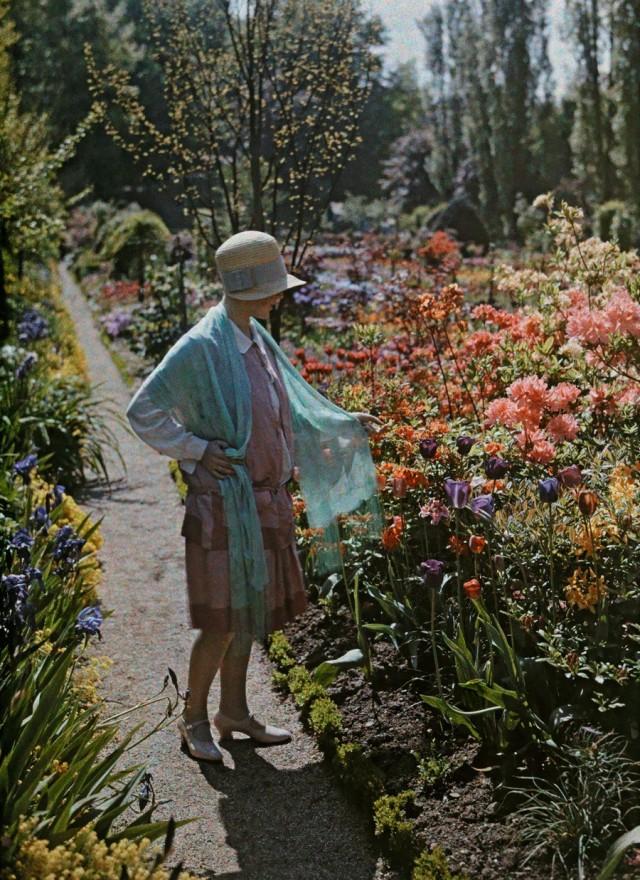 В саду, Баден, Германия, 1928. Автохром, фотограф Вильгельм Тобьен