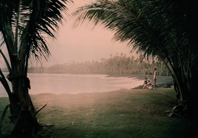 На пляже с чёрным песком, Гавайи, 1937. Автохром, фотограф Ричард Стюарт Хьюитт
