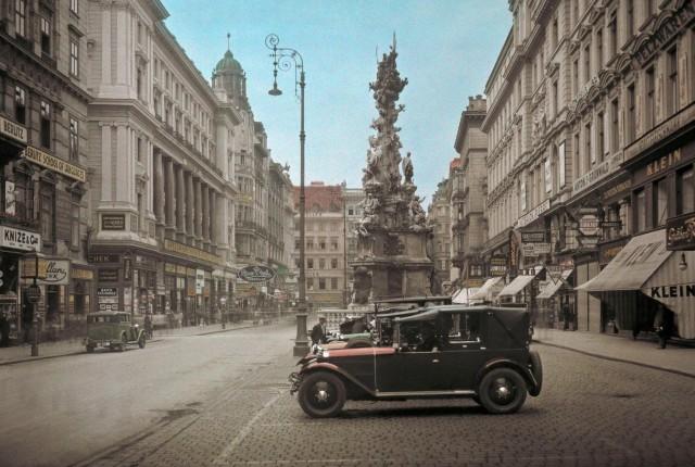 Колонна Святой Троице (Чумная колонна) в Вене, Австрия, 1937. Автохром, фотограф Жюль Жерве-Куртельмон