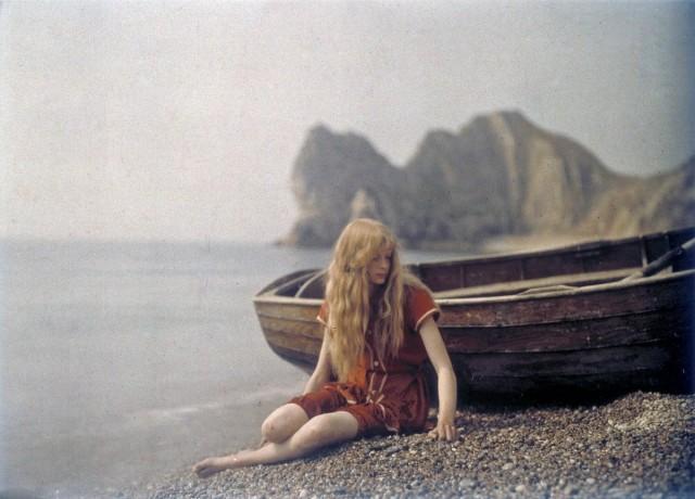 Кристина на пляже в графстве Дорсет, Англия, 1913. Автохром, фотограф Мервин О'Горман