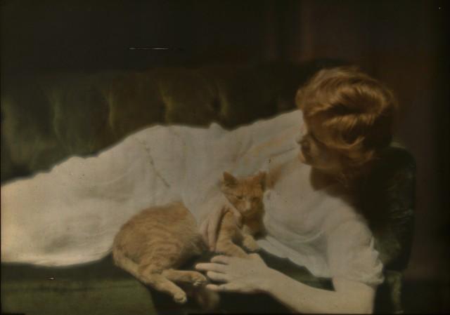 Энн Мердок с рыжим котом, 1924. Автохром, фотограф Арнольд Генте