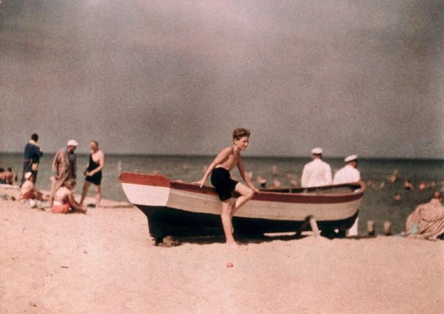 Сын фотографа на пляже, 1929 – 1933. Автохром, фотограф Фридрих Панет