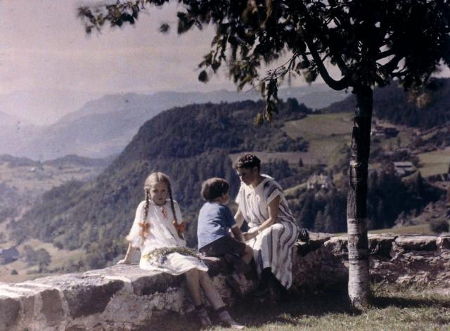 Эльза, Ева и Хайнц (дети и жена фотографа) сидят на стене, 1924. Автохром, фотограф Фридрих Панет