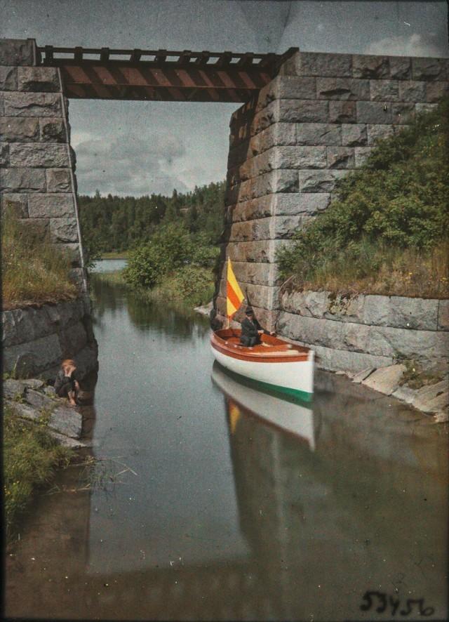 Лодка под мостом, 1910-е. Автохром, фотограф Рейно Пиетинен