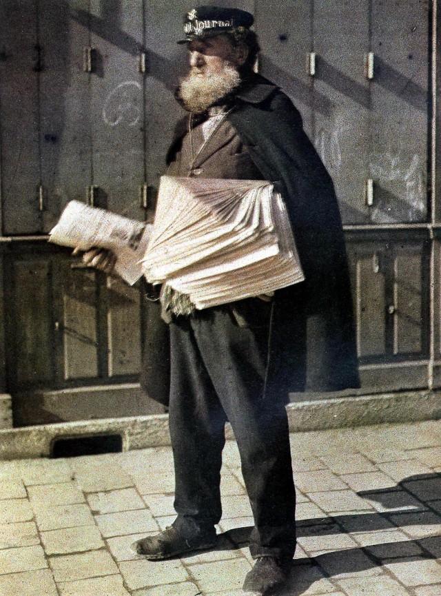 Продавец газет на улице Реймса, Франция, 1917, автохром