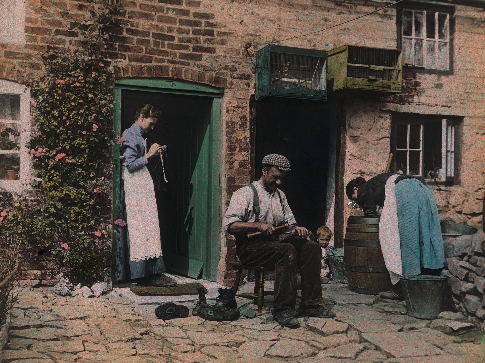 Сапожник, 1912. Автохром, фотограф Артур Э. Мортон