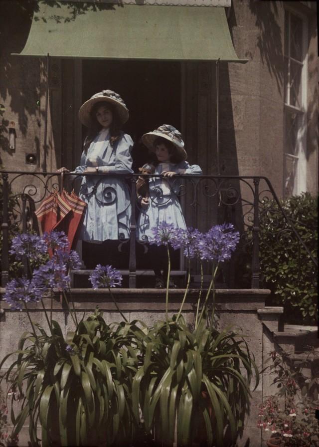 Сёстры на балконе, ок. 1910. Автохром, фотограф Этельреда Джанет Лэйнг