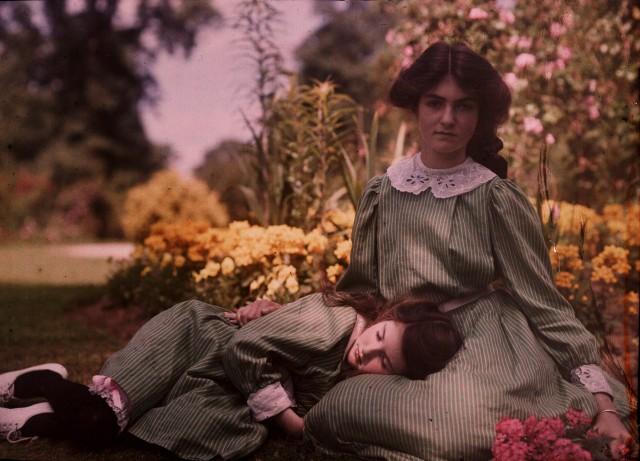 Девочки в саду, ок. 1910. Автохром, фотограф Этельреда Джанет Лэйнг