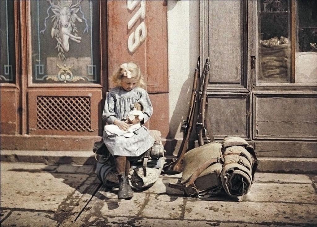 Девочка с куклой в Реймсе, Франция, автохром, 1917