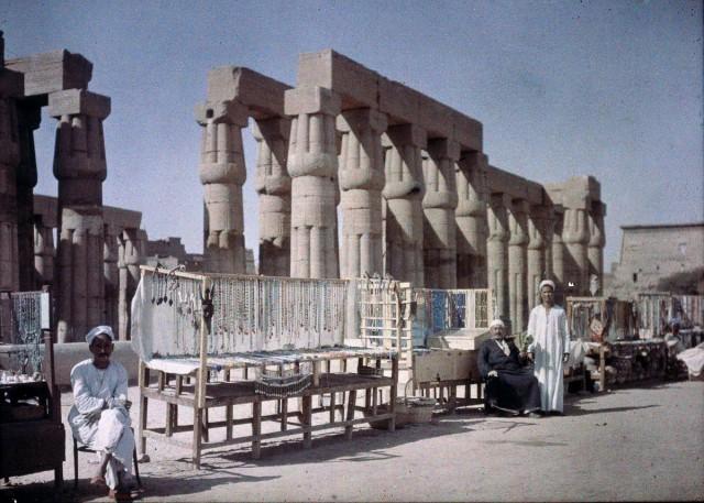 Египетские торговцы возле руин храма, 1920 – 1930. Автохром, фотограф Фридрих Панет