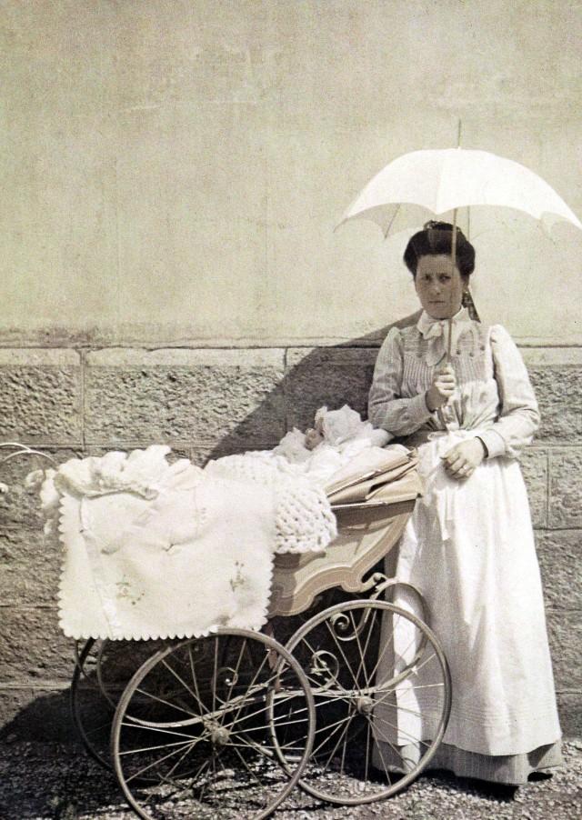 Младенец с няней, автохром, 1906 – 1912