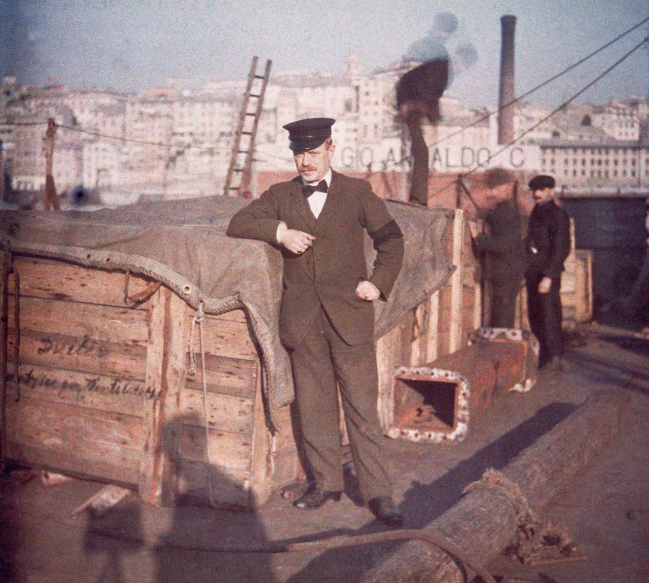 Портовые рабочие на итальянском линкоре «Кайо Дуилио» в Генуэзском порту. Автохром, 1910-е
