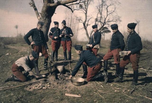 Французские солдаты готовят обед, автохром, ок. 1910