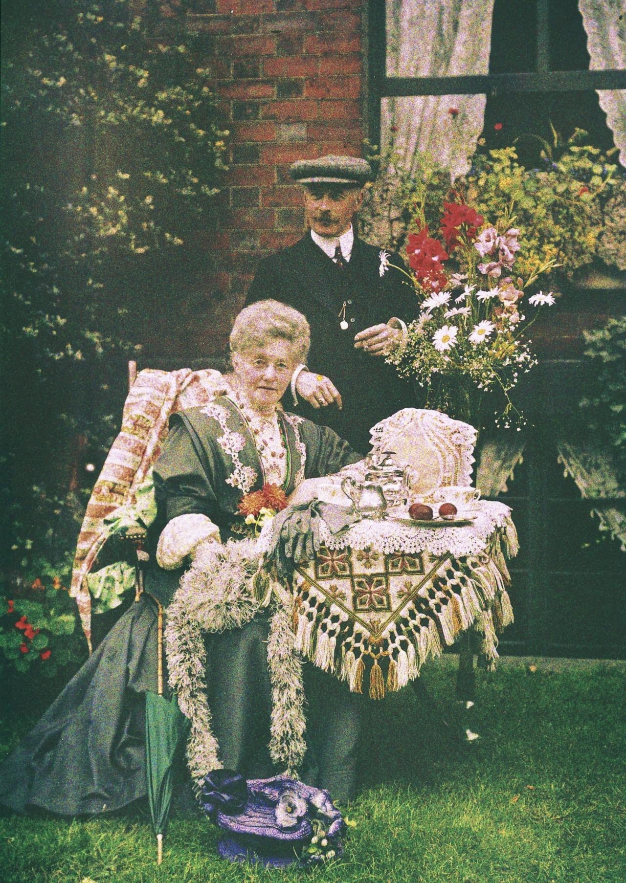 Чаепитие в саду, автохром, ок. 1910