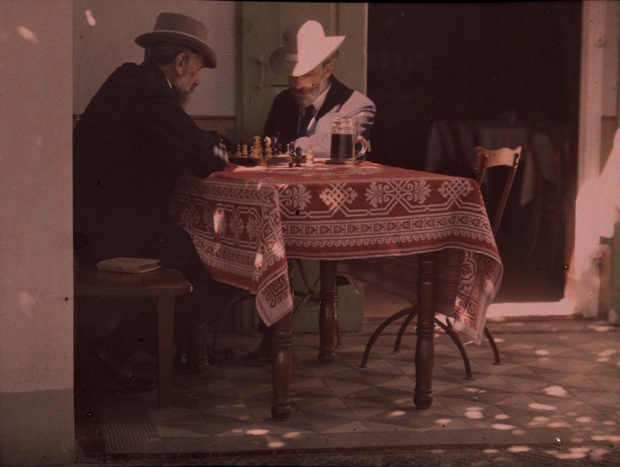 Двое мужчин играют в шахматы, Нью-Джерси, 1907. Автохром, фотограф Альфред Стиглиц