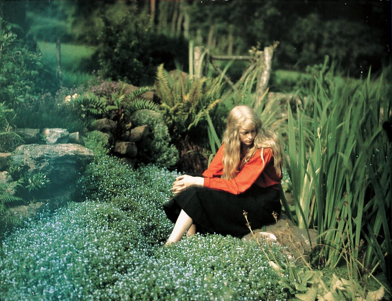 Портрет Кристины в саду, Англия, ок. 1912. Автохром, фотограф Мервин О'Горман