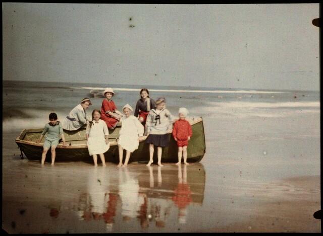 Дети и шлюпка на побережье Северного моря, Нидерланды, ок. 1925, автохром