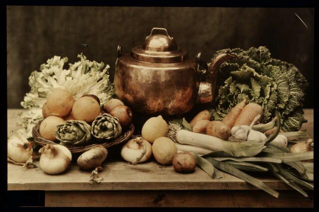 Натюрморт с фруктами, овощами и медным котлом, 1907–1930, автохром