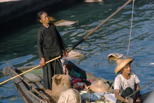 Торговцы рыбой в бухте Виктория, Коулун, Гонконг, 1962. Автор Мартин Карплус