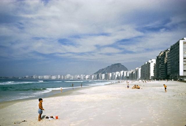 Пляж Копакабана в Рио-де-Жанейро, 1960. Автор Мартин Карплус