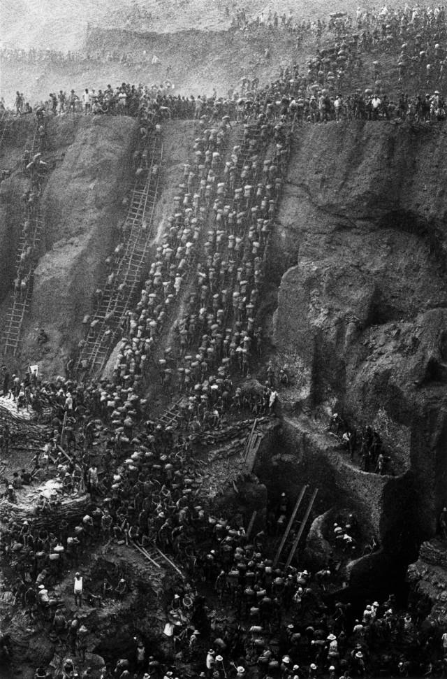 Золотая лихорадка на руднике Серра Пелада, Бразилия, 1986. Автор Себастьян Сальгадо