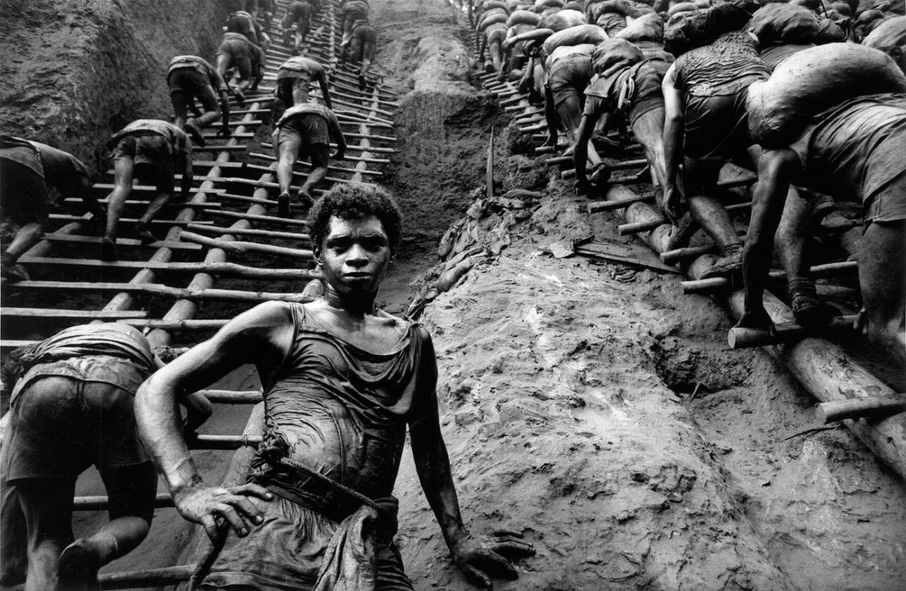 Рабочие на золотом руднике, Серра Пелада, Бразилия, 1986. Автор Себастьян Сальгадо