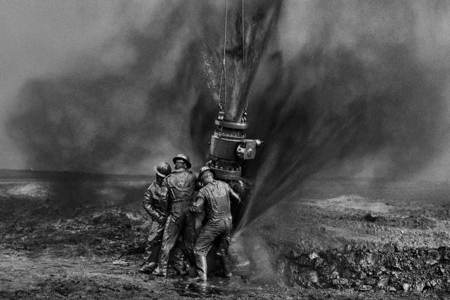 Рабочие на нефтяных скважинах в Кувейте. Автор Себастьян Сальгадо