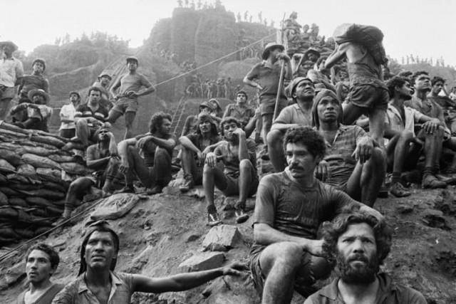 Рабочие на руднике Серра Пелада, Бразилия, 1986. Автор Себастьян Сальгадо