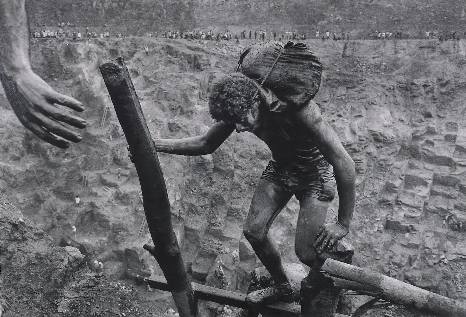 Рабочий на руднике Серра Пелада, Бразилия, 1986. Автор Себастьян Сальгадо
