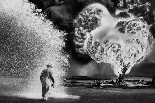 Ад в пустыне. Нефтяное месторождение, Кувейт, 1991. Автор Себастьян Сальгадо
