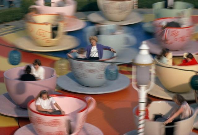 «Чаепитие у Безумного Шляпника». Аттракцион в Диснейленде, 1963. Фотограф Томас Неббиа