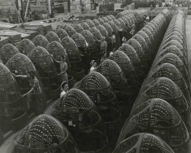 Сборка носовой части бомбардировщиков «Дуглас А-20» на заводе Douglas Aircraft Co