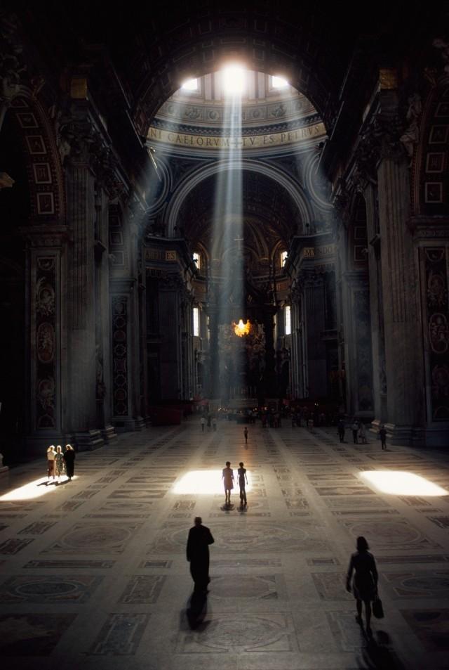 Солнечные лучи освещают базилику в Ватикане, 1971. Фотограф Альберт Молдвей