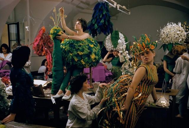 Студенты-модельеры с костюмами павлинов в Вене, Австрия, 1959. Фотограф Фолькмар К. Вентцель